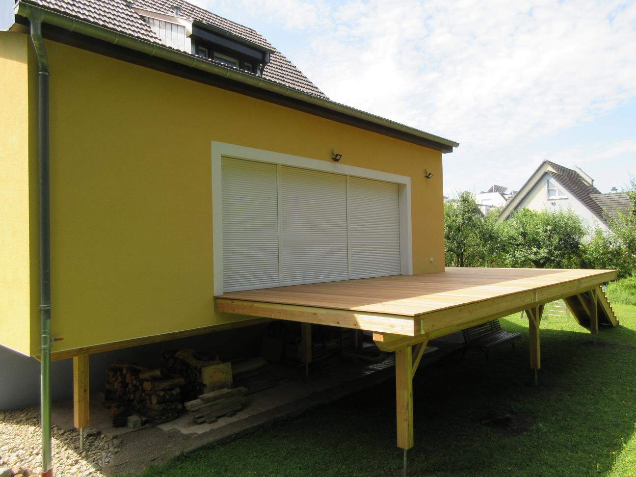 Vue d'ensemble de la terrasse bois et de l'extension réalisées par Hemia