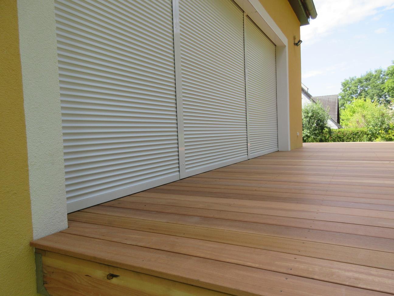 Détail d'intégration de la terrasse bois avec les volets roulants