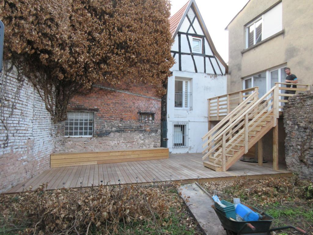 Détail de l'angle du garde corps de la terrasse en bois