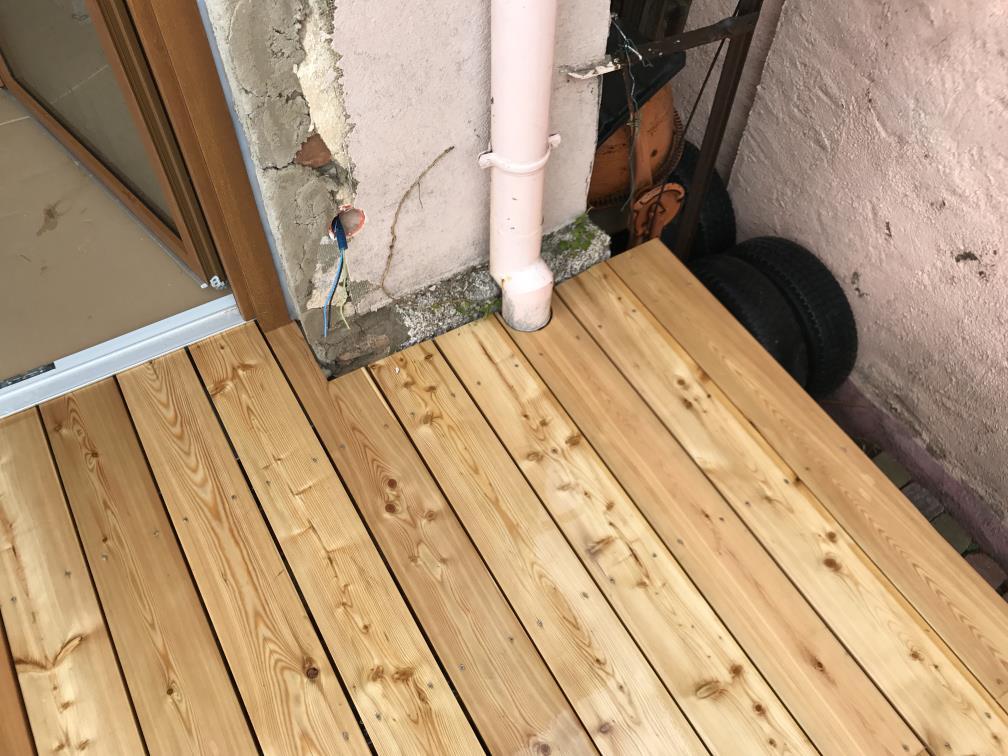 Détail de gestion de la gouttière au niveau de la terrasse en bois