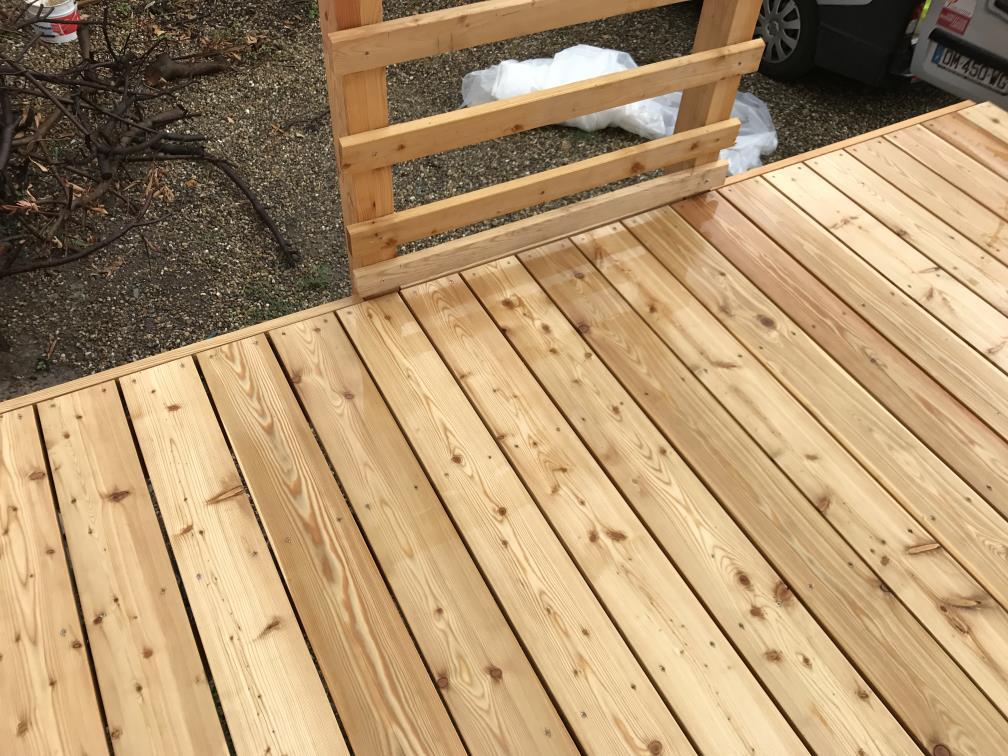 Détail de bordure du platelage de la terrasse en bois