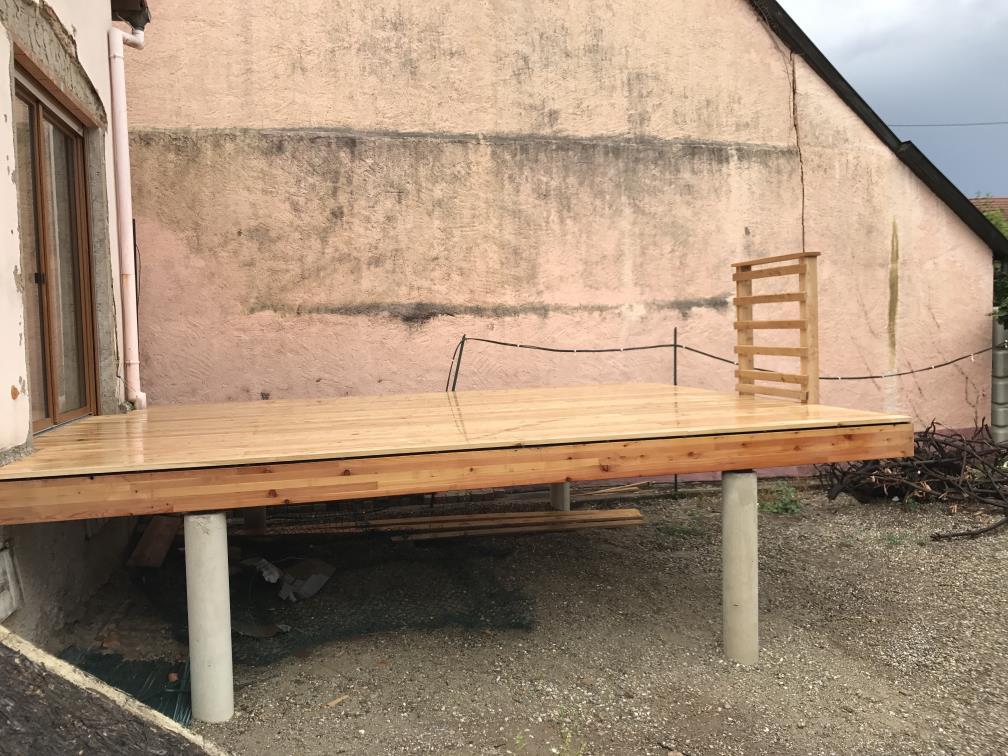 Vue de l'escalier de la terrasse bois en Bankirai