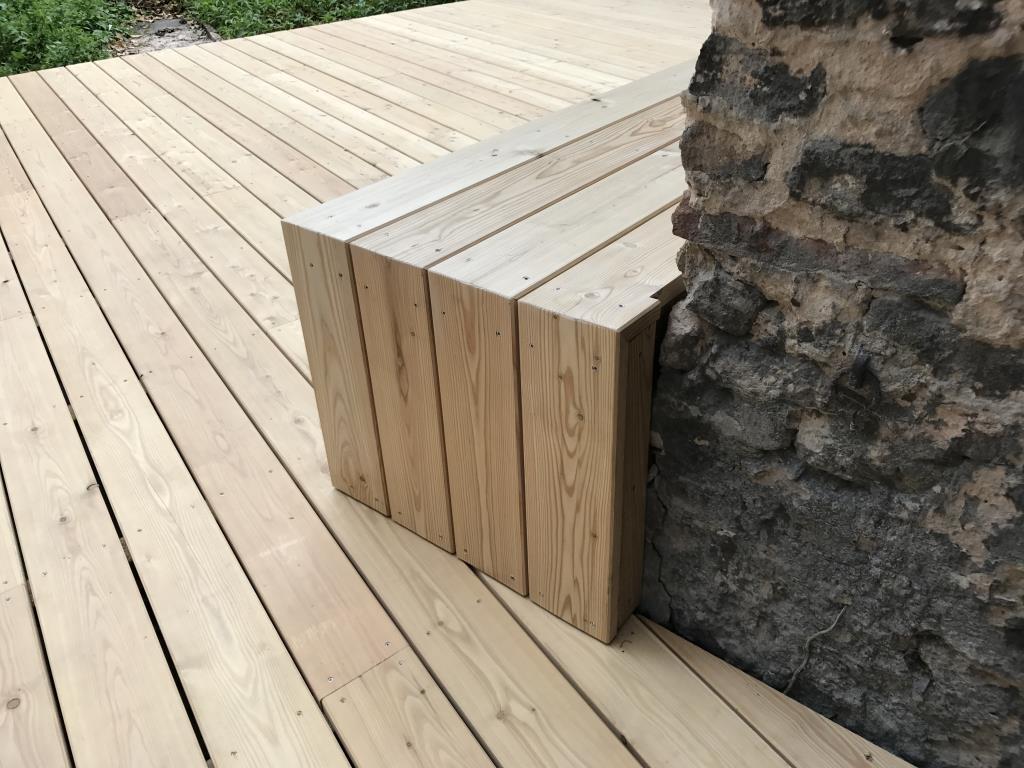Vue d'ensemble de la terrasse bois et de son escalier