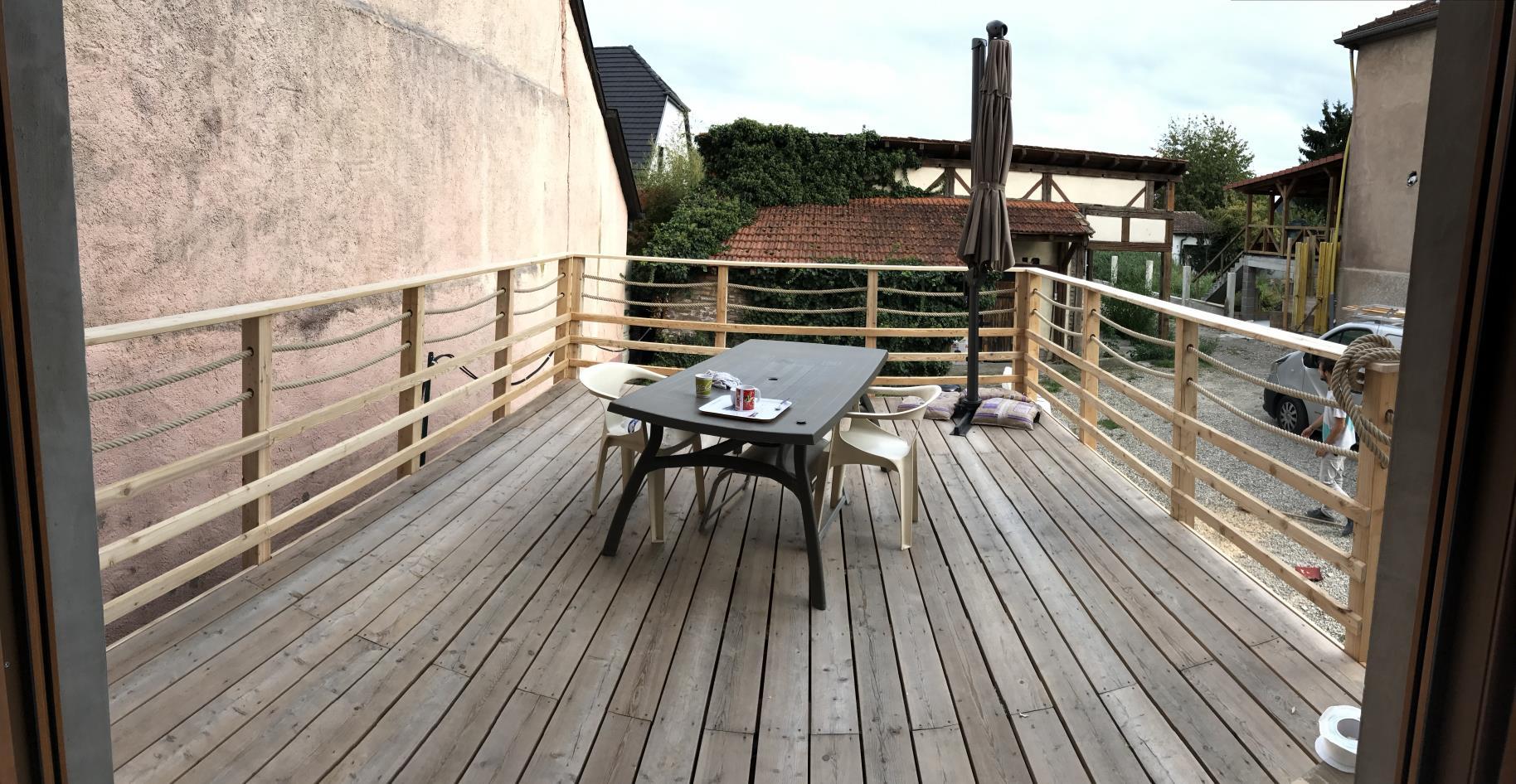 Vue d'ensemble de la terrasse bois finie et de son garde corps
