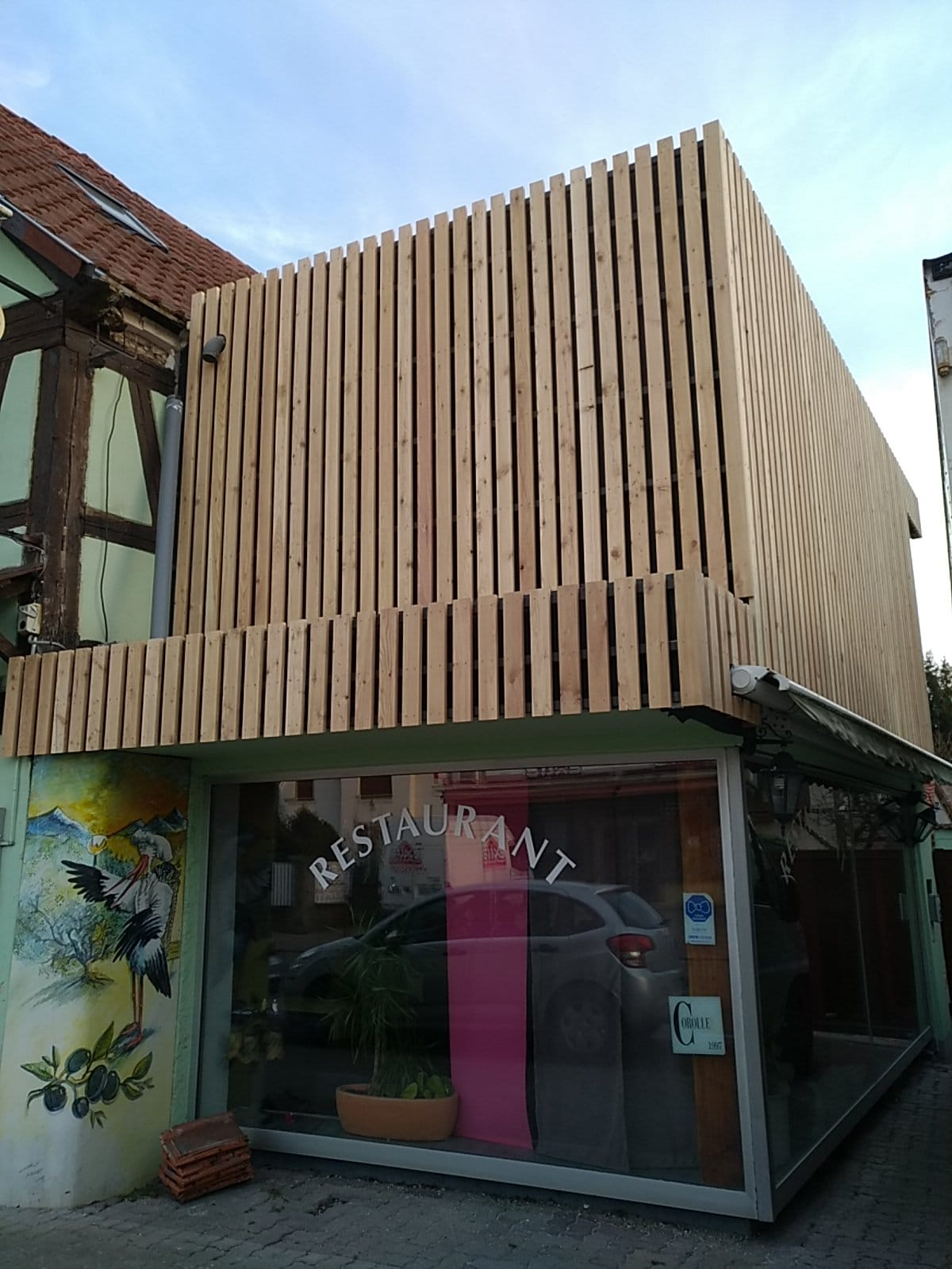Bardage vertical à claire-voie en Mélèze sur un restaurant à Illkirch
