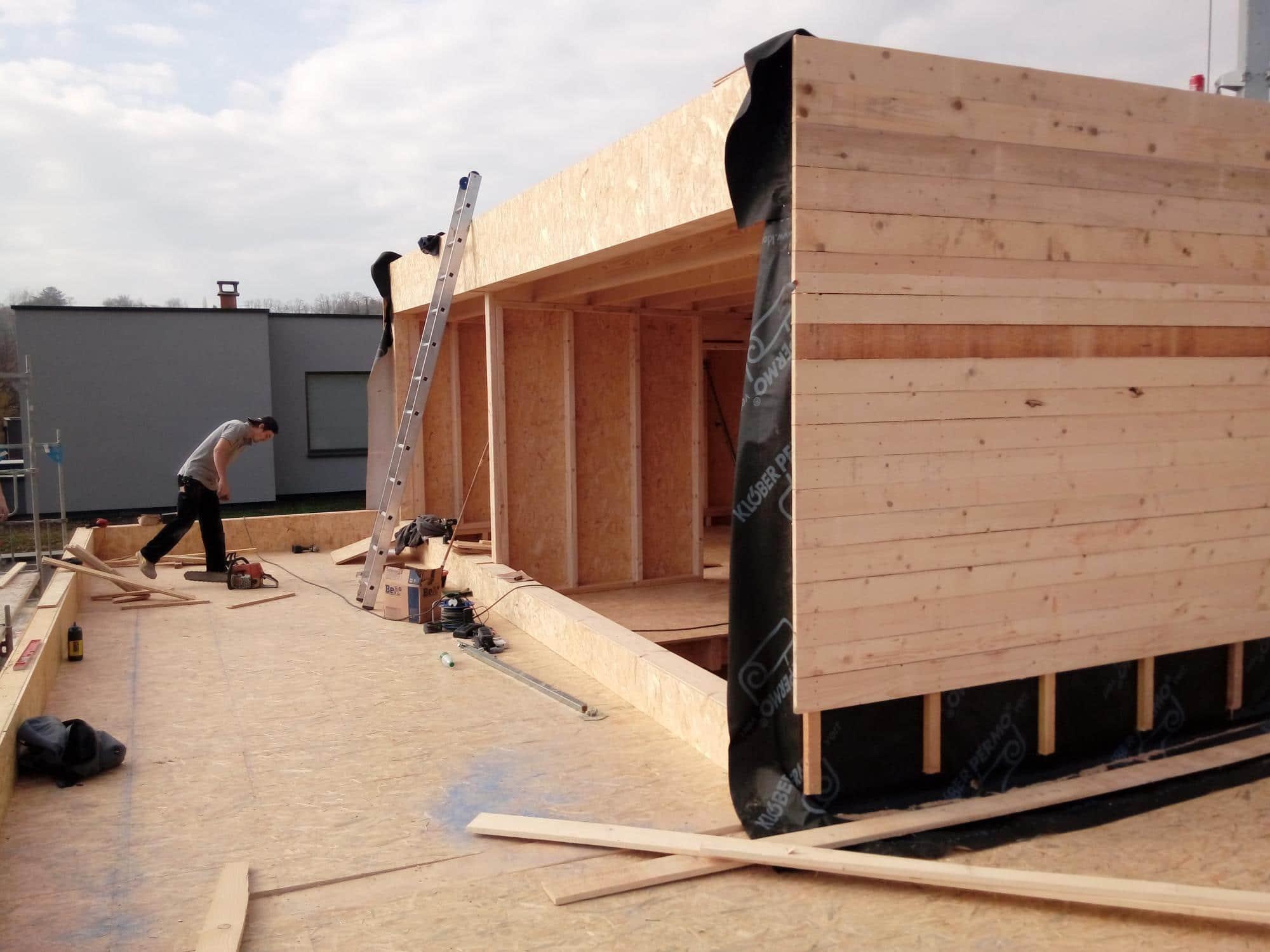 Pré-fabrication de l'ossature bois des pignons en atelier.